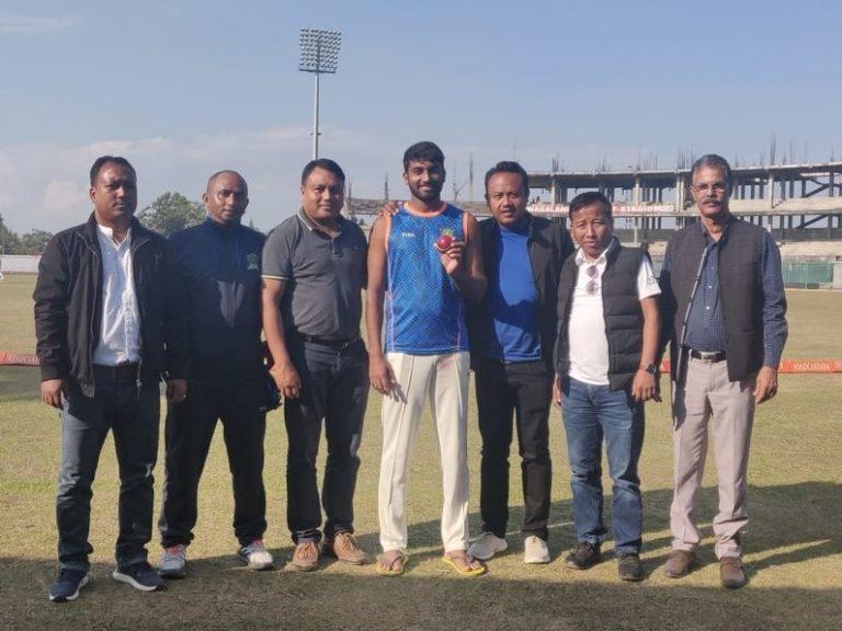 जिस गेंद से उन्होंने अपने डेब्यू मैच में 9 विकेट हासिल किए थे, उसे प्रदर्शित करते हुए संजय यादव