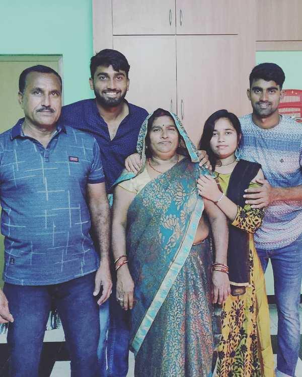 संजय यादव अपने परिवार के साथ