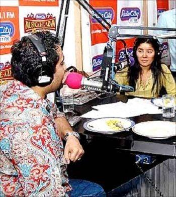 रेडियो सिटी 91.1 FM के म्यूजिकल-ए-आजम में रेडियो जॉकी के रूप में सुनिधि चौहान अतिथि के रूप में
