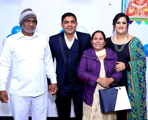 Sushil Kumar with his parents and his wife