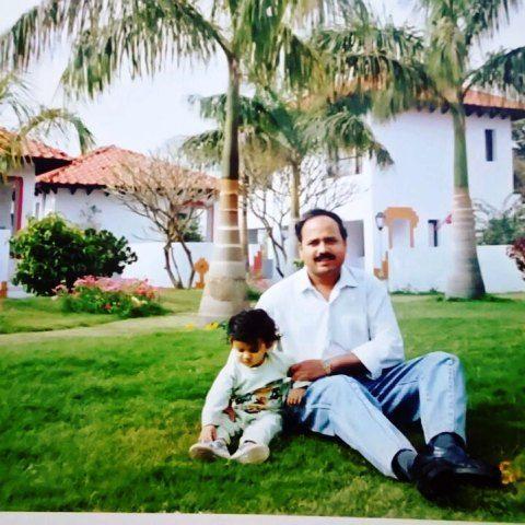 पिता के साथ टीना डाबी की बचपन की फोटो