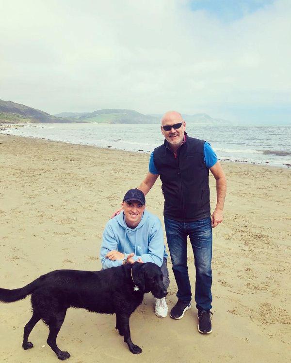 टॉम बैंटन अपने पिता, कॉलिन बैंटन और उनके कुत्ते के साथ