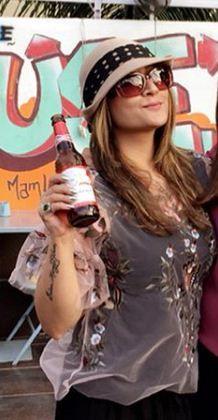 उर्वशी ढोलकिया बीयर पी रही हैं