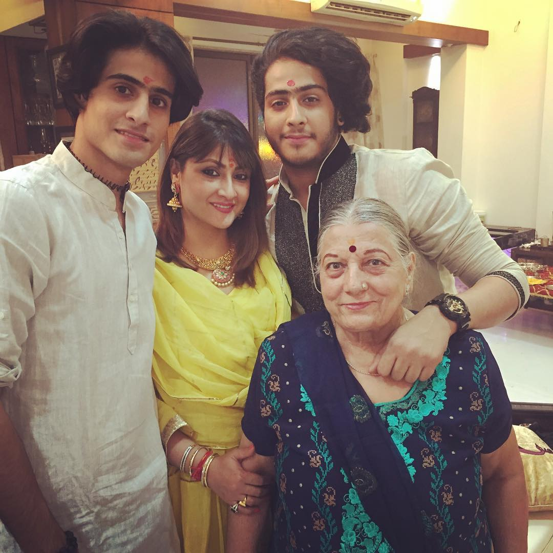 उर्वशी ढोलकिया अपने बेटों और मां के साथ
