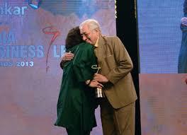 2013 में अपने पिता सोली सोराबजी से एक पुरस्कार प्राप्त करते हुए ज़िया मोदी