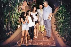 जिया मोदी अपने परिवार के साथ