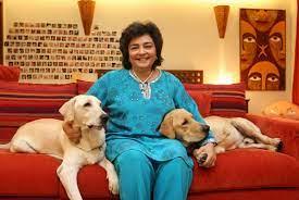 जिया मोदी अपने पालतू कुत्तों के साथ मुंबई में अपने आवास पर
