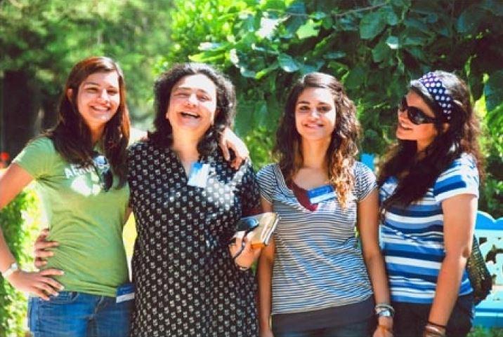 जिया मोदी अपनी तीन छोटी बेटियों के साथ
