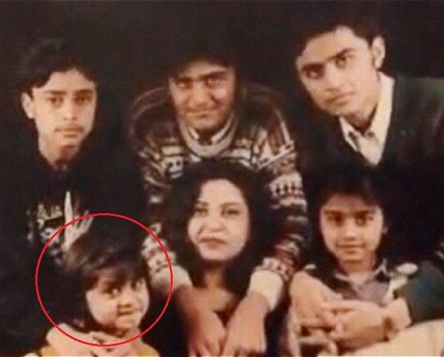 जोया नासिर अपनी मां और भाई-बहनों के साथ