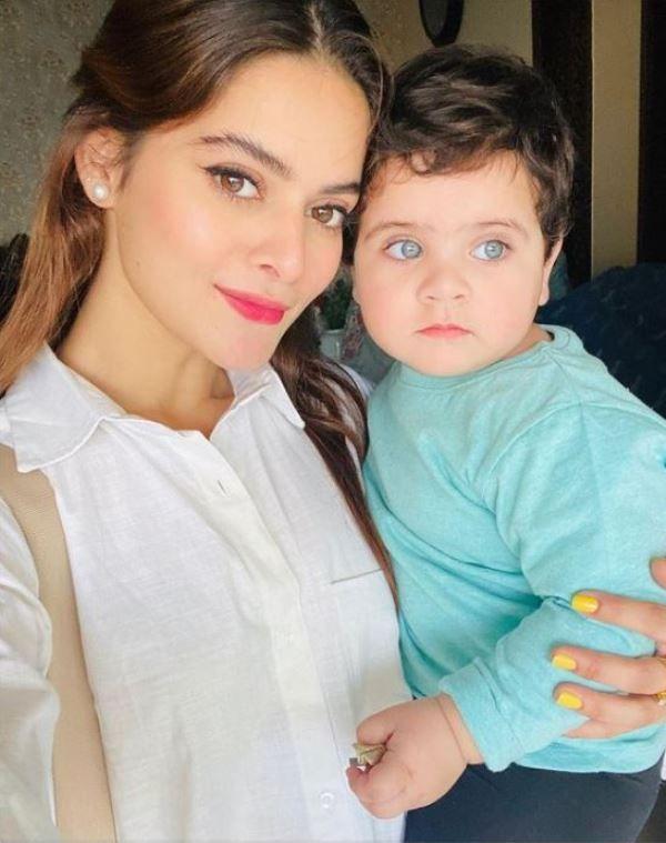 मीनल खान अपनी भतीजी को पकड़े हुए