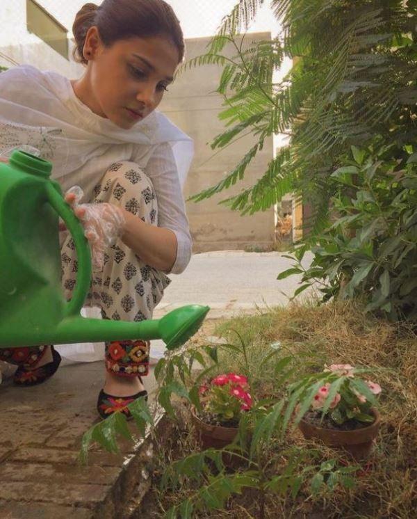 हिना अल्ताफ अपने बगीचे में पौधों को पानी दे रही हैं